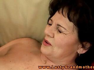 Amature mature grandma handling dildo